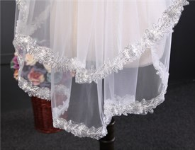 One tier elbow length lace bridal veil with lace applique edge