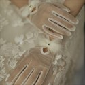 Short Tulle Gloves With Feathers Embellished